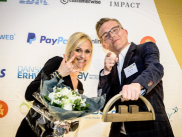 Chat til hjemmeside københavn, billede af mand og kvinde der vinder pris